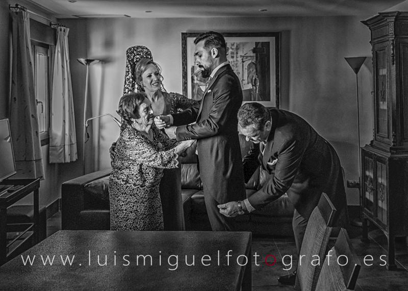 Familia preparando al novio de boda en Andújar