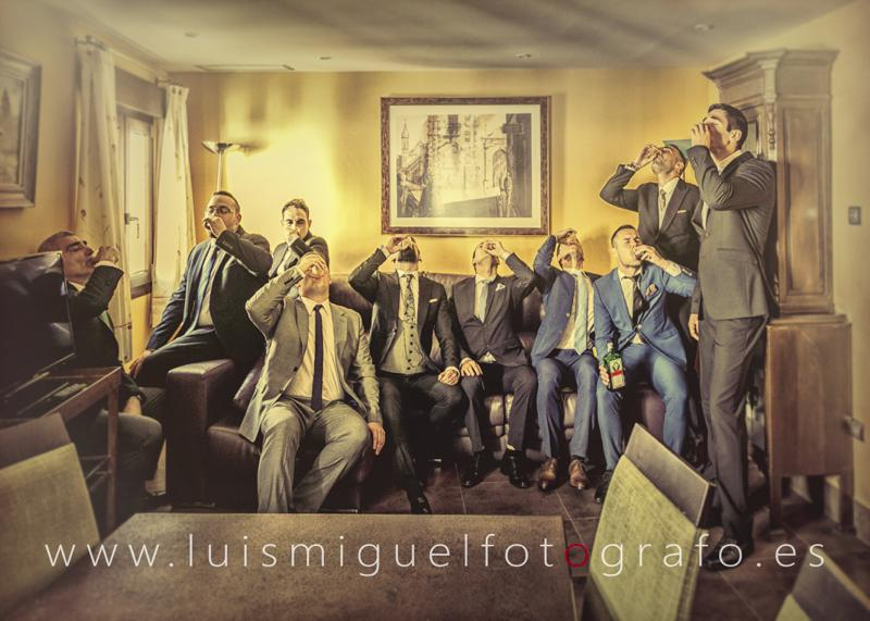 Foto diferente de los amigos del novio de boda en Andújar