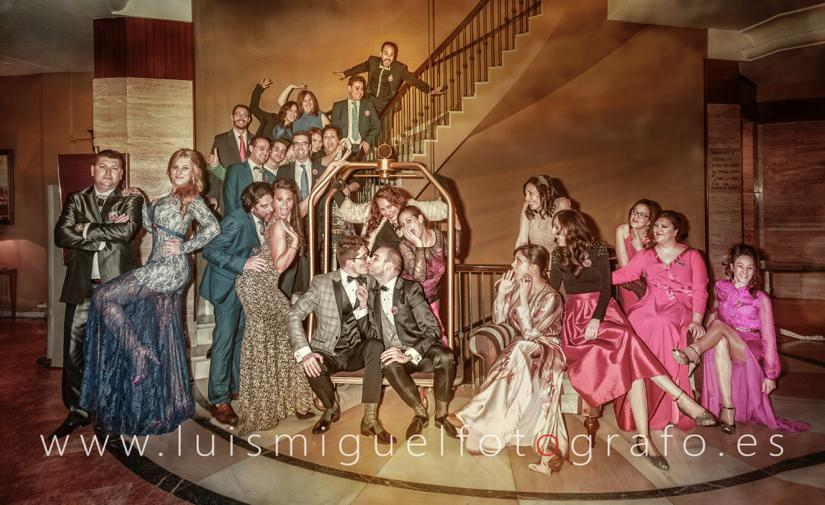 La foto mas loca de una boda gay solo puede ser con los amigos