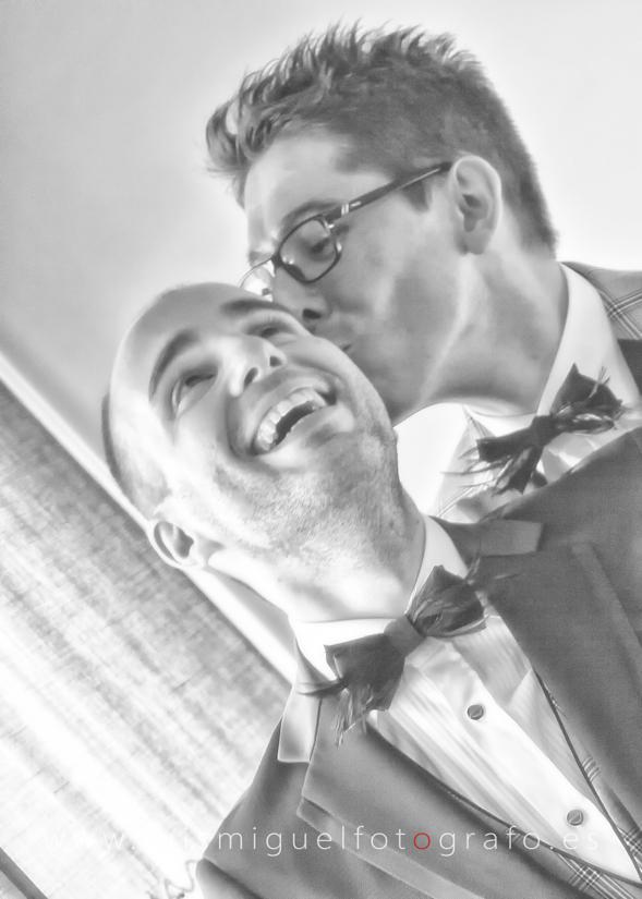 Pareja homosexual se besa antes de su boda