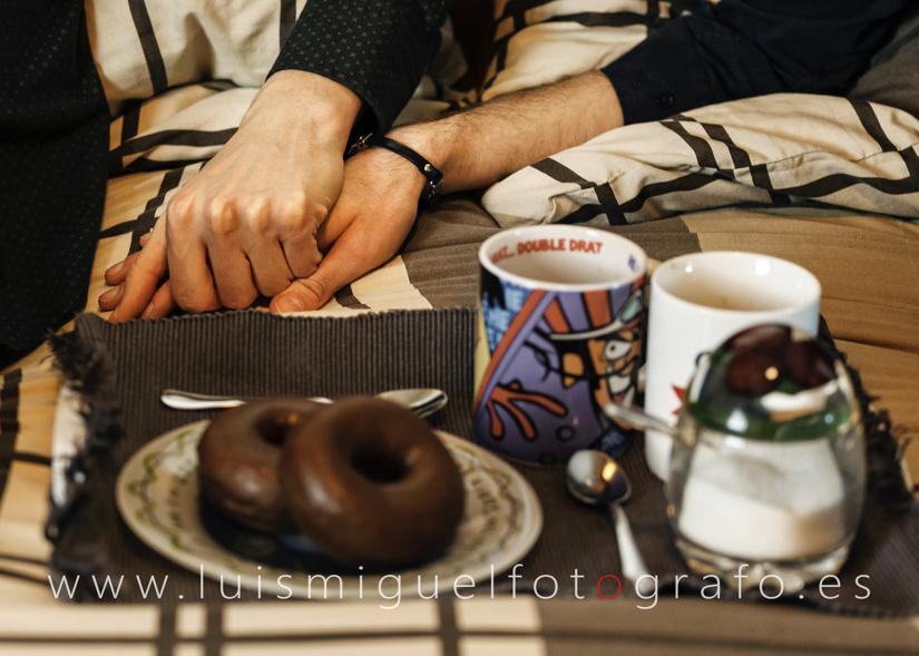 Boda Gay detalle de las manos de la pareja antes de vestirse