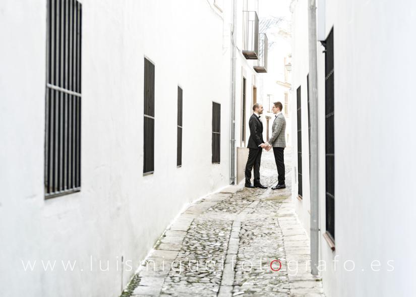 Matrimonio gay paseando por Úbeda durante su post-boda