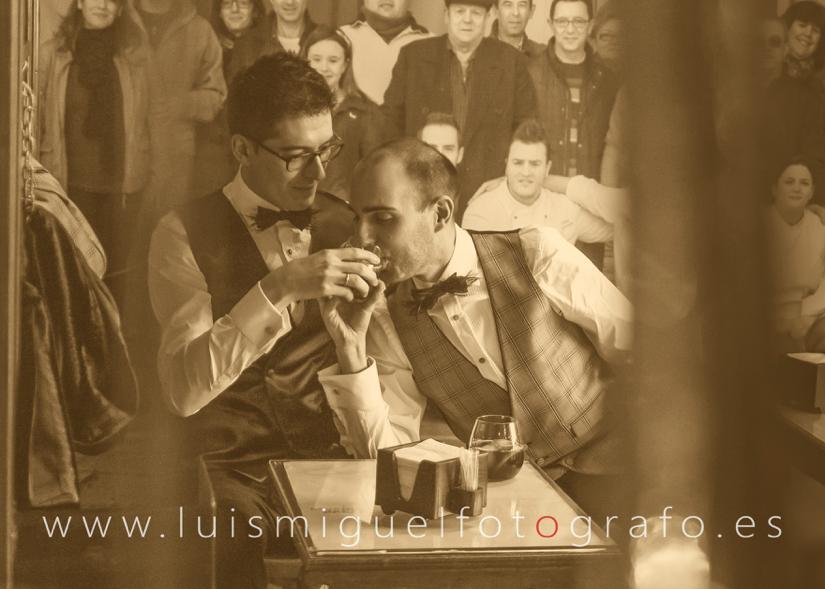 Matrimonio gay de post-boda en la cantina de la estación de úbeda