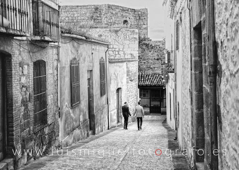 Matrimonio lgtb paseando por las calles del casco antiguo durante su post-boda